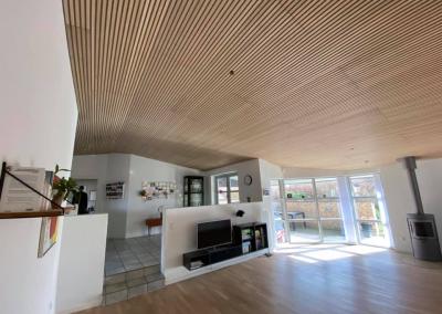 Her et par billeder af hvad vi fik lavet færdig i marts 2021 i Hasselager. Kunden ønskede at få WoodUpp akustik paneler med Ege lameller og grå filt baggrund Det blev til dette super flotte resultat der både ændrede udtrykket i rummet og virkelig gjorde en forskel på akustikken.