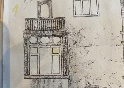 Denne bevaringsværdige villa fra 1910, i Horsens midtby, har bl.a. fået nye vinduer, nyt tag og ny skorsten. Farverne på facaden er ført tilbage til de oprindelige og kvisten er nu beskyttet mod vind og vejr. Altanen er ombygget, så den igen har det udtryk, som arkitekten, Viggo Norn, ønskede på sine tegninger, der er genfundet i kommunens arkiv.